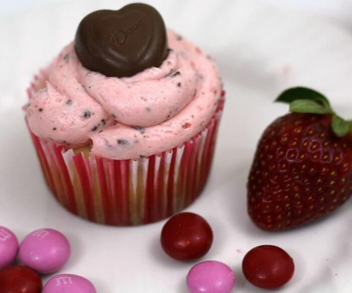 Madgascar Vanilla Bean Cupcakes are so delicious with frosting and chocolates